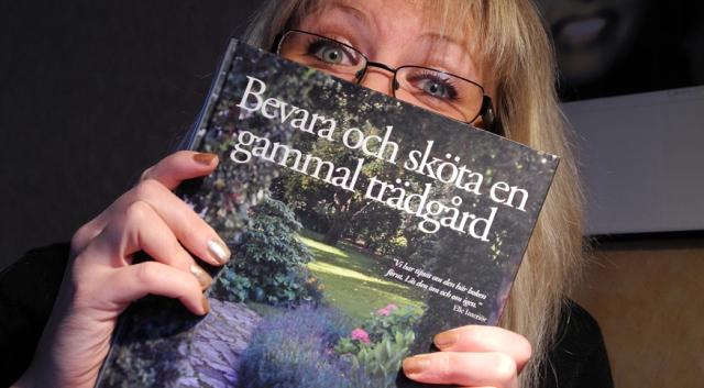 Äntligen är boken min. Hittar ni den på ett antikvariat så köp! Den är jättebra för alla som har en gammal trädgård.