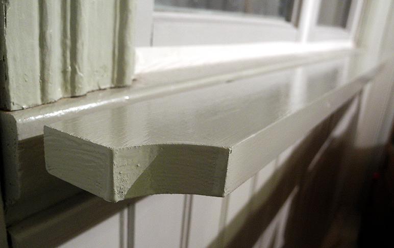 i förborrade brädan innan vi drog igenom skruven. I kammaren ska de målas med 40 procent grå umbra och i köket med 25 procent grönjord B. Skruvhålen på framsidan tätar jag med linoljekitt.