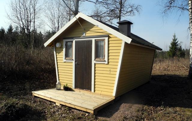 """Huset i stark vårsol. Vi byggde en liten """"terrass"""" i stället för trappa."""