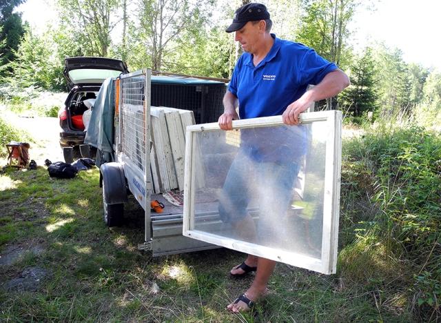 Inte nog med att vi fick fönstren, de blev hemkörda dessutom. Svåger Anders hjälpte till att lyfta ur dem.