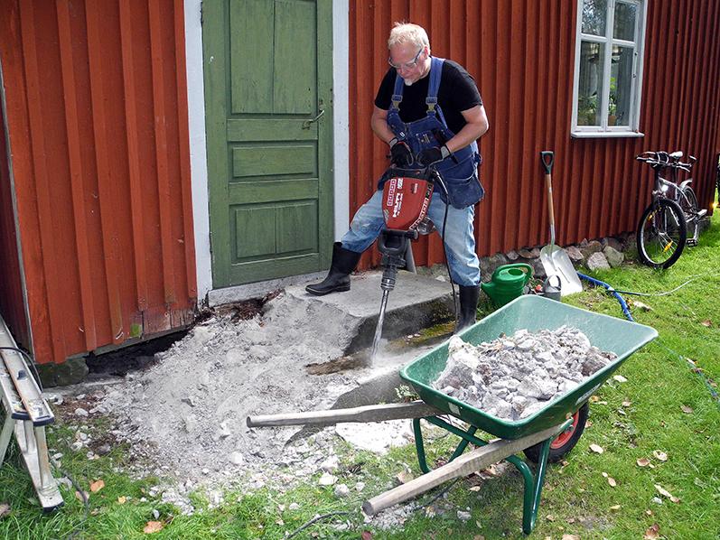 """Micke """"the machine"""" Lindblom bilade som om han aldrig gjort annat. Bredbent stod han med. Jag drog minst tio skottkärror sten och betong. En svettig dag för oss båda."""