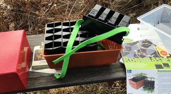 När fröerna grott fyller man på med vatten i tråget. De gröna banden suger upp vattnet och ser till att jorden har jämn fuktighet. Fiffigt.