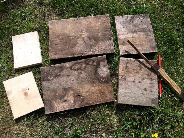 Här har jag sågat till alla bitar av det gamla trägolvet. Lådan får yttermåtten 25x35 cm. De ljusa bitarna är botten.
