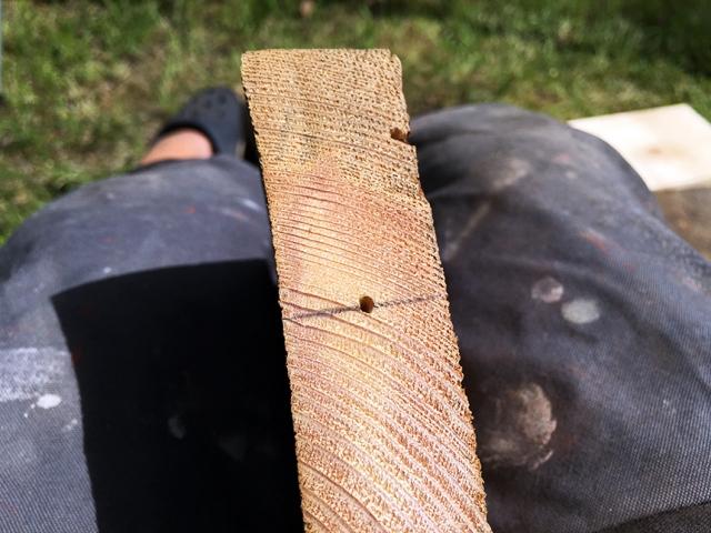 Jag mätte noga var träpluggen skulle sitta. Sen gjorde jag ett hål med en syl och borrade. Pluggen och också limmats med trälim.