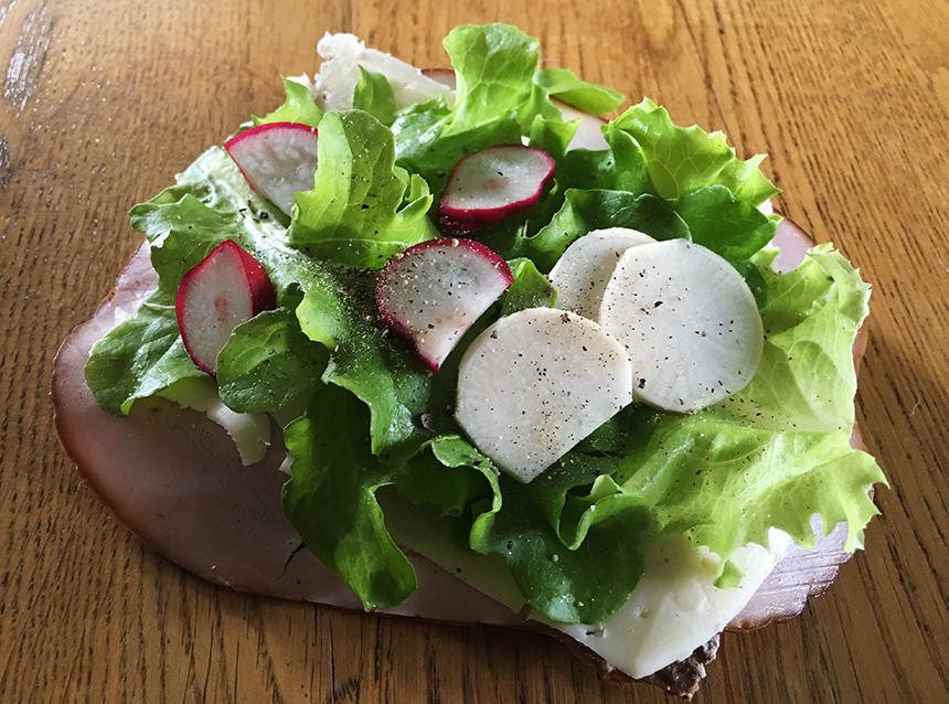 Dagens frukostmacka med nyskördad rädisa, majrova och sallat. Mums!