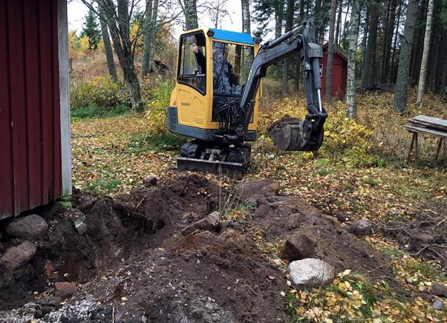 Så fort vi lånar grannens grävmaskin får Micke energi värdig en norsk skidlöpare.