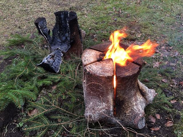 """Eldstubben brinner i ungefär en timma. I bakgrunden ser ni ett """"stubb-lik"""" som brunnit klart."""